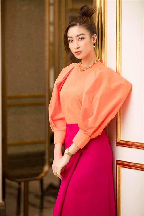 Để giúp mình có được sự mới mẻ, trendy và sành điệu khi tham gia các sự kiện, hoa hậu Đỗ Mỹ Linh cũng nhờ đến phần tư vấn của Kye Nguyễn.