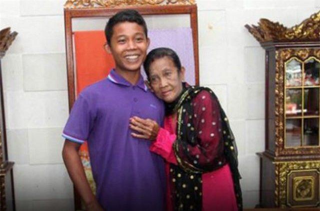 Chàng trai 16 tuổi từng dọa tự tử để cưới cụ bà 71 tuổi cách đây 3 năm giờ có cuộc sống ra sao? - Ảnh 1.