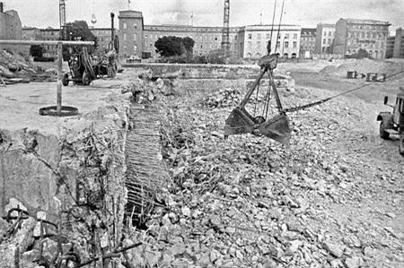 Khu vực nơi boong-ke dưới Phủ thủ tướng bị phá hủy.