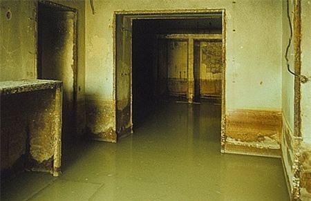 Hầm chống không kích tại Phủ tướng mới bị ngập nước.