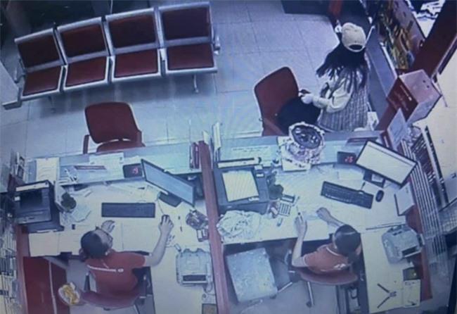 Lời khai nữ nghi phạm cướp ngân hàng 2.1 tỷ đồng ở TP.HCM: Cướp để trả nợ, không ngờ tiền nhiều đến vậy - Ảnh 3.