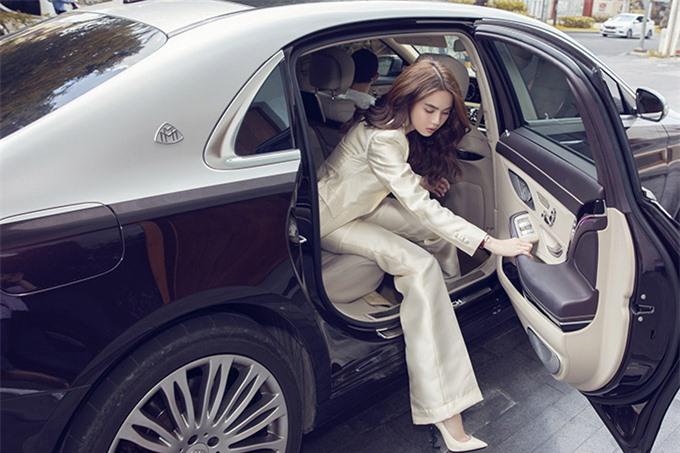 Ngọc Trinh gây chú ý khi bước xuống từ xế hộp trị giá hơn 12 tỷ đồng. Cô mua xe này từ năm 2017 và rất ưng ý với chiếc bốn bánh hạng sang.