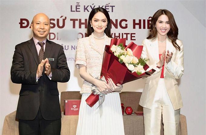 Hương Giang chụp ảnh cùng Ngọc Trinh và một doanh nhân trong lễ ký kết hợp tác hôm 9/10.