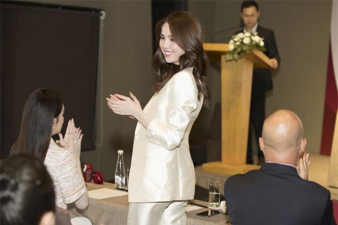 Nữ hoàng nội y được nhiều đồng nghiệp và đối tác yêu mến, ngưỡng mộ. Ngọc Trinh rạng rỡ dự lễ ký kết, công bố đại sứ thương hiệu một sản phẩm do công ty cô kinh doanh, phân phối.
