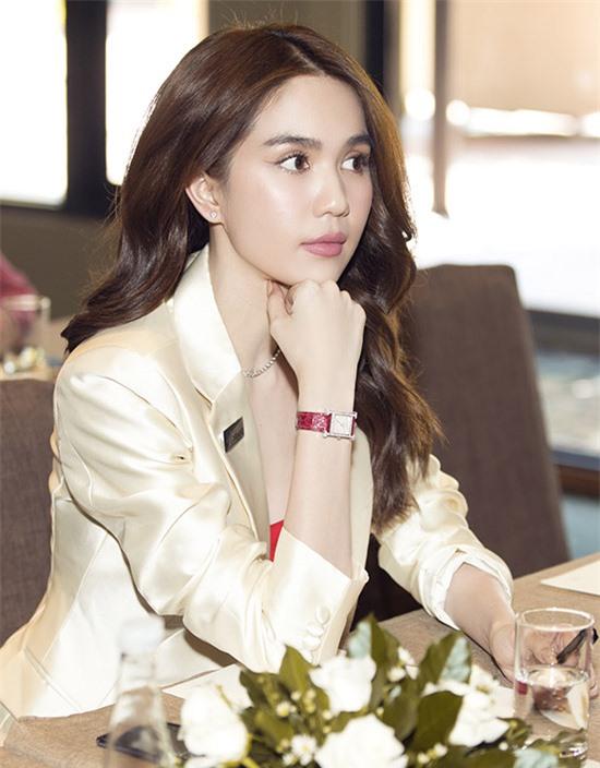 Mỹ nhân quê Trà Vinh đeo đồng hồ hàng hiệu khoe phong cách chỉn chu, sang trọng của một nữ doanh nhân.