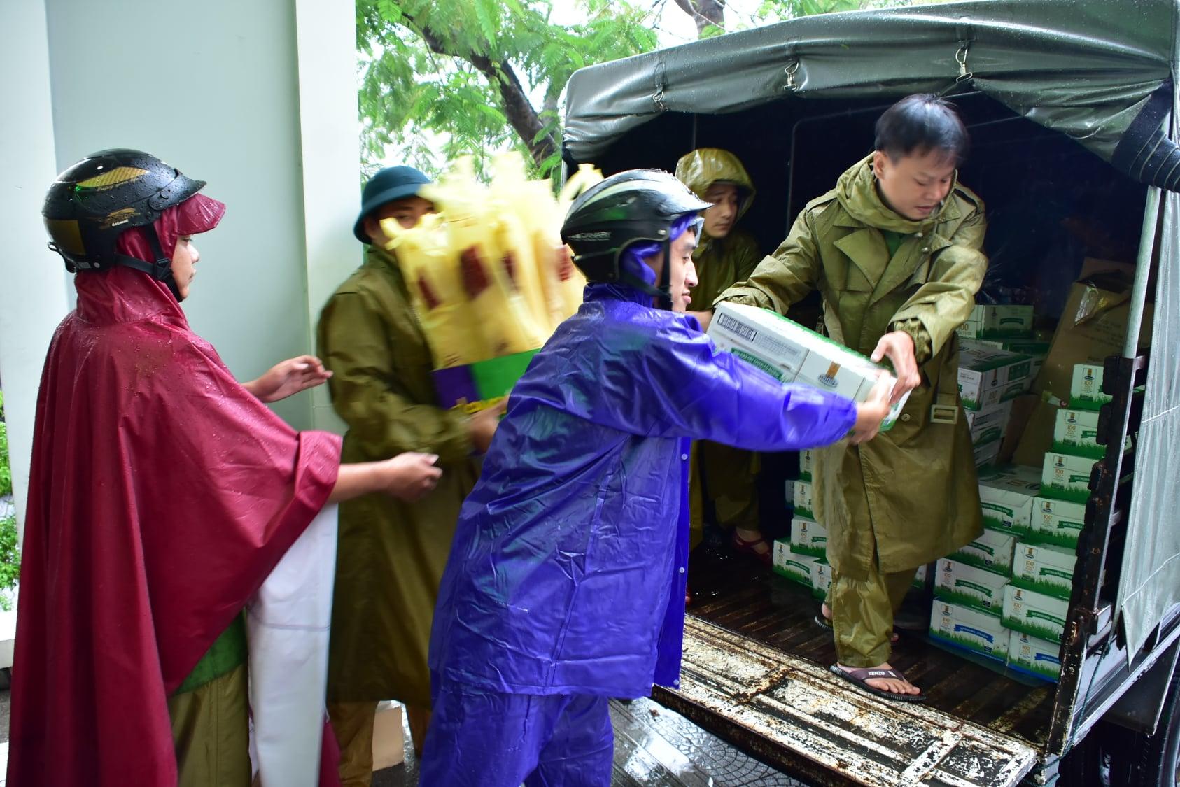 Chuyển quà ra xe để phân về các vùng ngập lụt trong tỉnh.