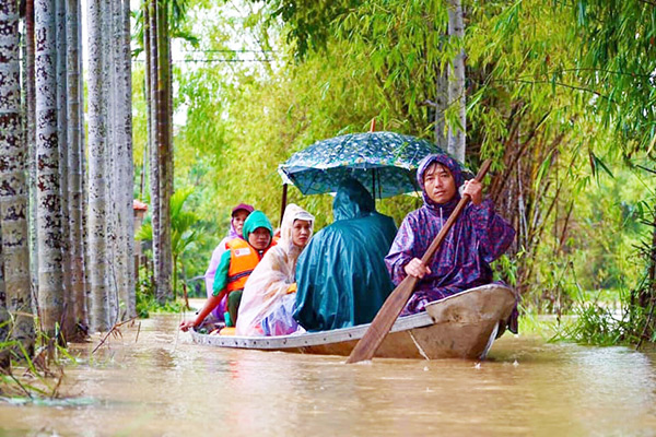 Lực lượng chức năng huyện Hòa Vang (TP Đà Nẵng) sơ tán dân khỏi những vùng nguy hiểm do mưa lũ (Ảnh do Công an huyện Hòa Vang cung cấp)