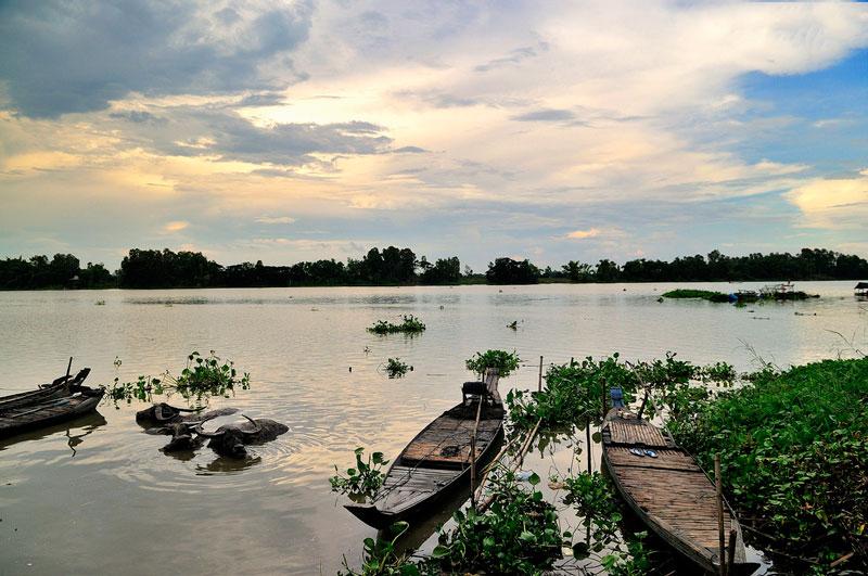 Cách Búng Bình Thiên khoảng vài trăm mét là tới làng của người Chăm với nhiều nét sinh hoạt văn hóa rất riêng và đặc sắc. Ảnh: Diem Dang Dung.