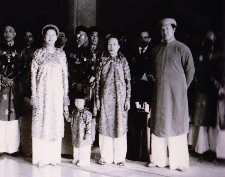 Từ trái sang phải: Hoàng hậu Nam Phương, Thái tử Bảo Long, Đức Từ Cung và vua Bảo Đại