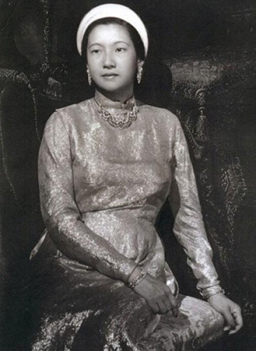 Hoàng hậu Nam Phương trong trang phục truyền thống.