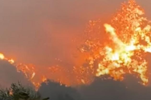 Những đám cháy lớn đang bao vây căn cứ không quân Nga. Ảnh: Avia-pro.