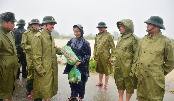Thiếu tướng Nguyễn Văn Man, Phó Tư lệnh Quân khu 4, kiểm tra công tác ứng phó với mua lũ và trao mì tôm cho người dân vùng ngập lụt tại xã Phong Hiền, huyện Phong Điền.