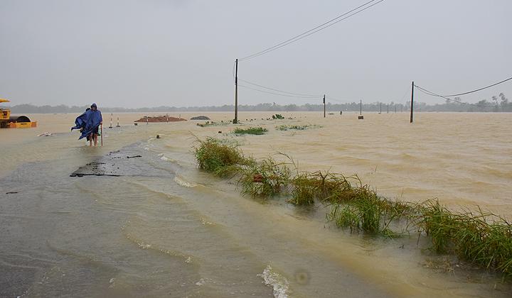 Mưa lũ đã làm ngập lụt toàn bộ các tuyến đường giao thông tại huyện Phong Điền, tỉnh Thừa Thiên Huế.