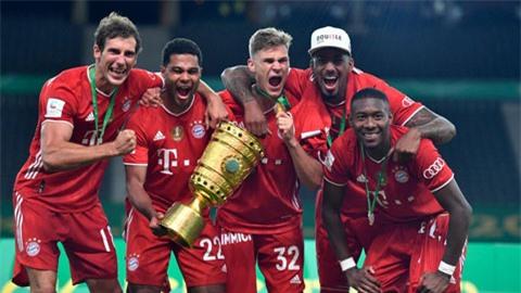 HLV Wenger (ảnh chủ) rất hài lòng khi thấy học trò cũ Gnabry (cầm cúp) tỏa sáng cùng Bayern