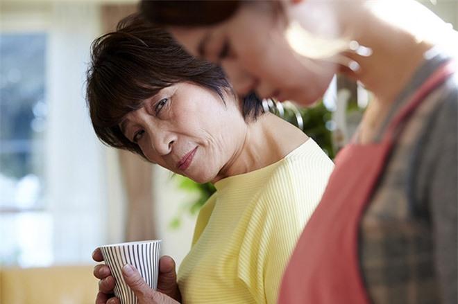 Mẹ chồng đến chăm con dâu ở cữ, nàng dâu ngậm ngùi nhìn hai mâm cơm khác biệt lúc chồng ở nhà và đi vắng - Ảnh 1.