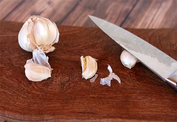 Đập dập tỏi trước khi bóc sẽ giúp lớp vỏ dễ bong ra hơn