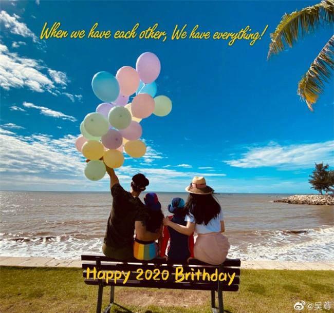 Theo Ngô Tôn tiết lộ, gia đình anh tổ chức sinh nhật cho con trai, con gái ở biển. Một ngày trước đó là sinh nhật anh (10/10), thế nên bữa tiệc được cho là tổ chức cho cả gia đình. Điều đặc biệt, vợ anh cũng sinh vào tháng 10 này.