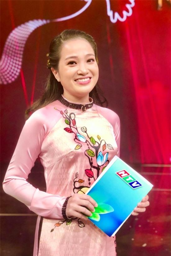 Sau một thời gian nghỉ ở nhà tập trung chăm con, hiện nữ MC đã quay lại với công việc dẫn chương trình.