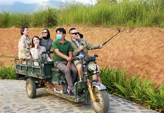 Vũ Khắc Tiệp cùng nhóm bạn thân từ Sài Gòn ra Bắc trải nghiệm thiên nhiên, cảnh đẹp mùa thu vùng cao. Ông bầu thích thú khi được ngồi xe ba gác vừa tham quan vừa ghi hình cho kênh YouTube về du lịch của anh.