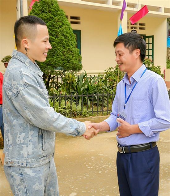 Vũ Khắc Tiệp còn thăm Trường Tiểu học Tả Van ở Sapa. Anh được đại diện trường tiếp đón niềm nở.