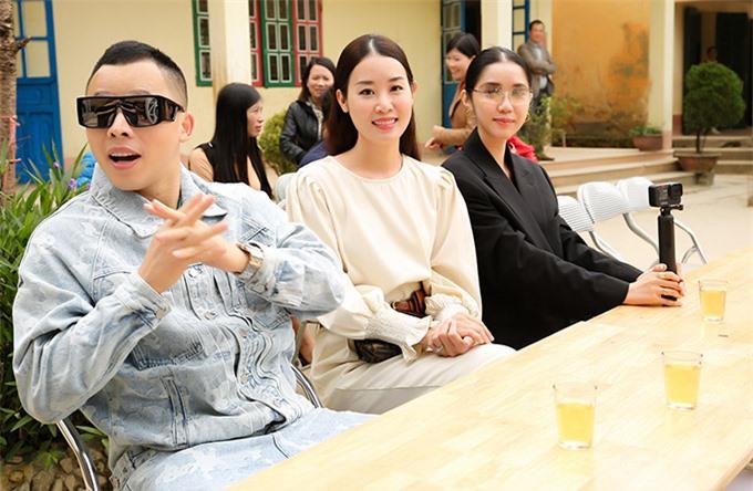 Ông trùm chân dài và hai người đẹp Minh Phương, Quỳnh Hương dự buổi giao lưu, tặng quà cho các em học sinh vùng cao.