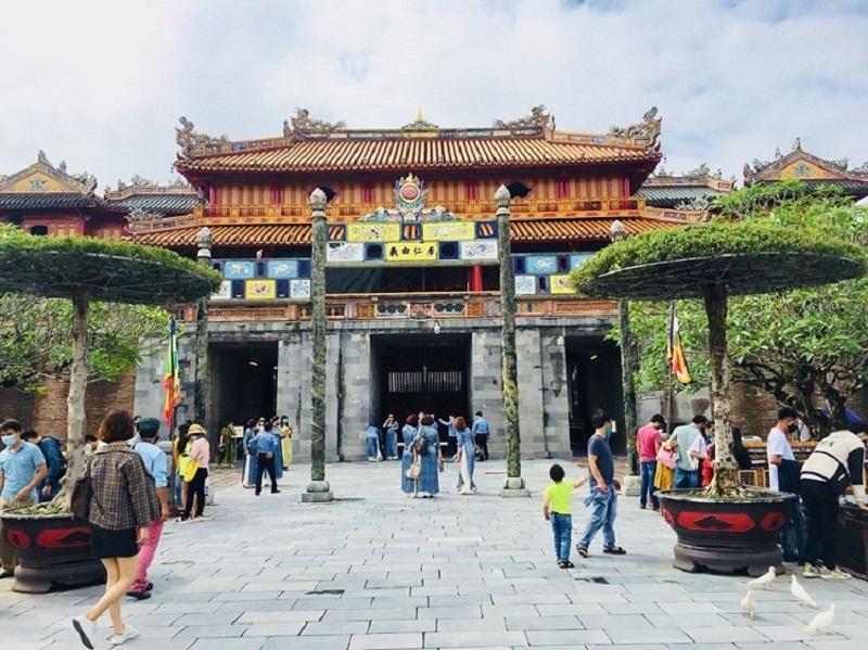 trong 9 tháng đầu năm 2020, lượng khách du lịch đến Thừa Thiên Huế giảm hơn 61% so với cùng kỳ; trong đó, khách quốc tế giảm trên 65%