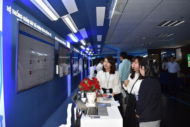 Doanh nghiệp giới thiệu công nghệ, sản phẩm cho khách tham quan.