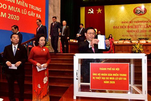 Bí thư Thành ủy Vương Đình Huệ và các đại biểu ủng hộ đồng bào miền Trung