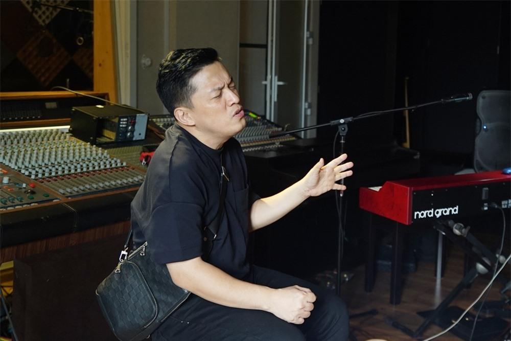 Chương trình lần này có củ đề Đêm ký ức, sẽ đưa khán giả trở lại không gian âm nhạc trữ tình của đầu những năm 2000. Đây là thời kỳ cực thịnh của nhạc Việt, hội tụ nhiều tên tuổi ca sĩ nổi tiếng, được khán giả hâm mộ, trong đó có Lam Trường.