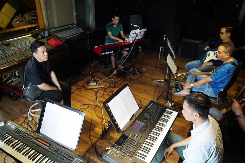 Những ngày qua, Lam Trường miệt mài tập luyện cùng ban nhạc The Friends gồm: nhạc sĩ Minh Nhiên, Hoài Sa, guitarist Vĩnh Tâm, guitar bass Minh Hiển.
