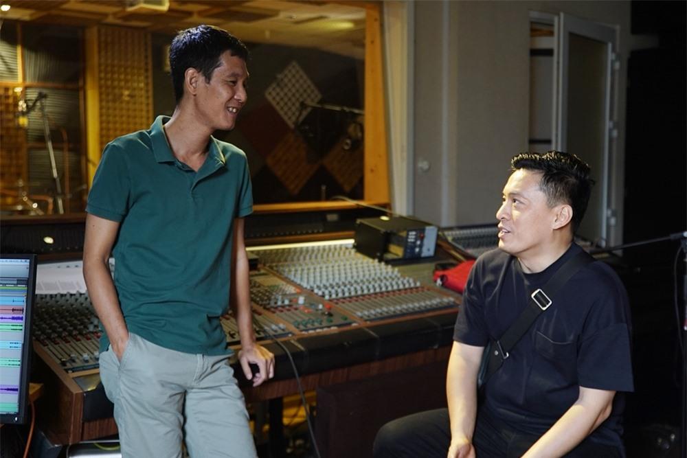 Nhạc sĩ Hoài Sa bàn bạc kỹ lưỡng công việc với Lam Trường.
