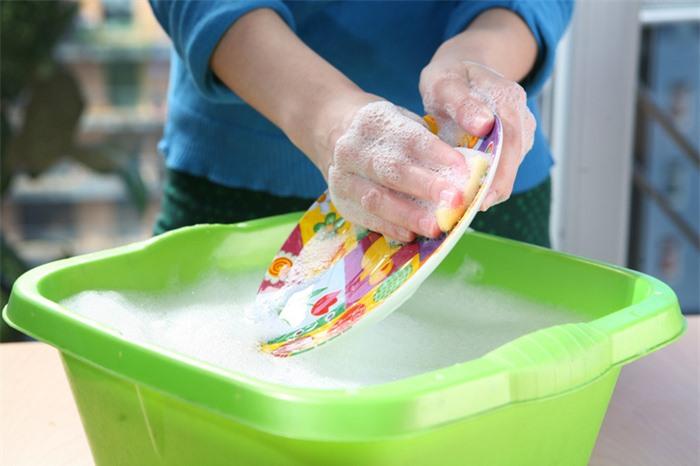 Đổ nước rửa chén trực tiếp lên đĩa cũng là một trong những thói quen có hại cho sức khỏe