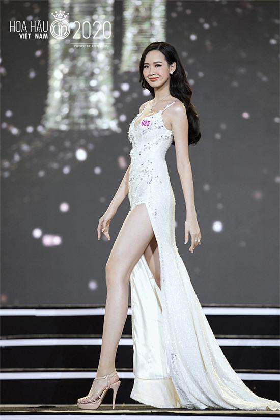 Với chiều cao khủng, Bảo Ngọc được xếp trình diễn cuối cùng. Song cô tự tin tỏa sáng nhờ lợi thế vóc dáng so với các thí sinh khác.