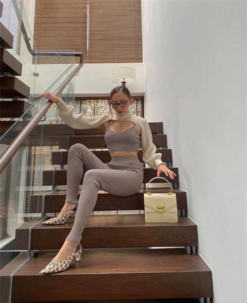 Tóc Tiên làm mới phong cách street style bằng set đồ hợp mốt mùa thu. Nhưng nữ ca sĩ vẫn không quên tôn nét gợi cảm với áo hở eo dệt kim đi cùng áo len cổ lọ cut-out độc đáo.