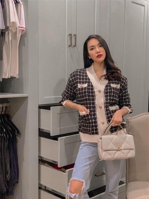Khi tiết trời bắt đầu chuyển mùa, Lan Khuê hào hứng chọn áo tweed của Chanel để thể hiện phong cách đúng mùa - hợp mốt.