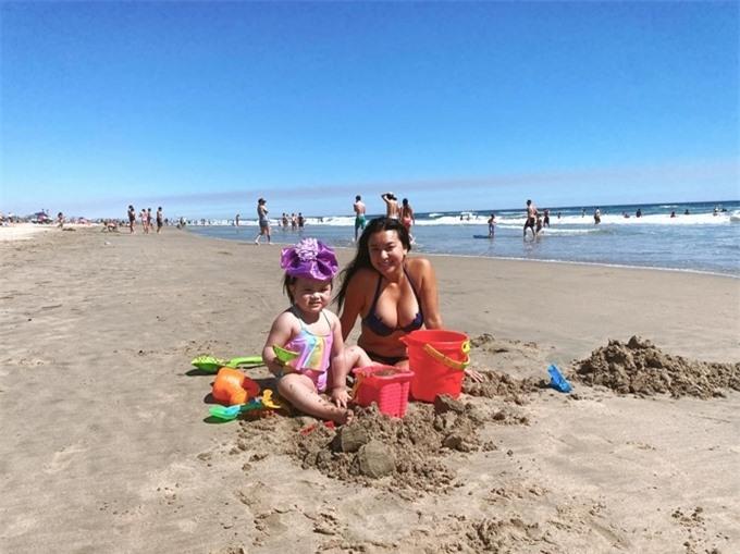 Những hôm thời tiết đẹp, cô lái xe chừng 10 phút chở con gái đi tắm biển. Biểu tượng sexy của màn ảnh Việt một thời không ngại khoe hình thể mũm mĩm trong bộ bikini nóng bỏng.