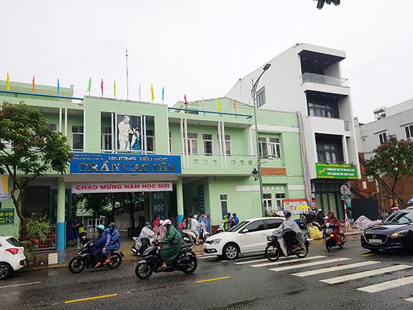 Sáng nay 13/10, Trường Tiểu học Trần Cao Vân đón học sinh trở lại trường sau 1 tuần phải nghỉ học vì mưa bão
