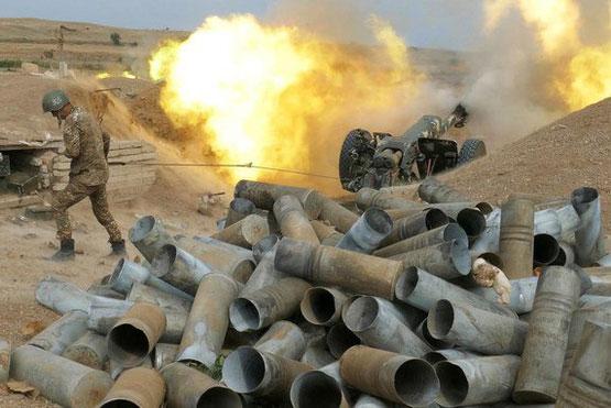 Binh sĩ Armenia bắn đạn pháo trong cuộc giao tranh với lực lượng của Azerbaijan tại Nagorno-Karabakh. (Ảnh: AP)
