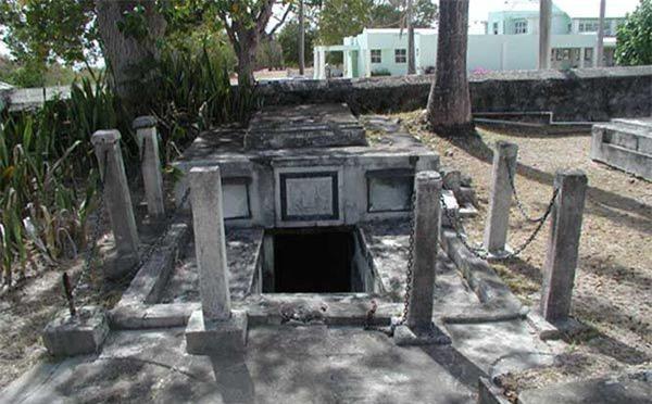 Bí ẩn xung quanh những cỗ quan tài tự dịch chuyển ở Barbados 200 năm trước: Là do tác động của con người hay từ các thế lực siêu nhiên - Ảnh 3.