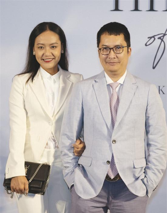 Hồng Ánh khoác tay chồng - nhà phê bình văn học, doanh nhân Nguyễn Thanh Sơn dự sự kiện Unlock the power of girls - Khai mở sức mạnh phái nữ do một nhãn hiệu mỹ phẩm tổ chức. Đây là lần hiếm hoi nữ diễn viên xuất hiện bên ông xã.