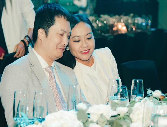 Vợ chồng Hồng Ánh đã gắn bó 20 năm, trong đó có 6 năm yêu, 3 năm sống thử. Họ kết hôn vào năm 2009. Người đẹp Trăng nơi đáy giếng ghé đầu say sưa trò chuyện cùng chồng trong buổi tiệc gây quỹ từ thiện.