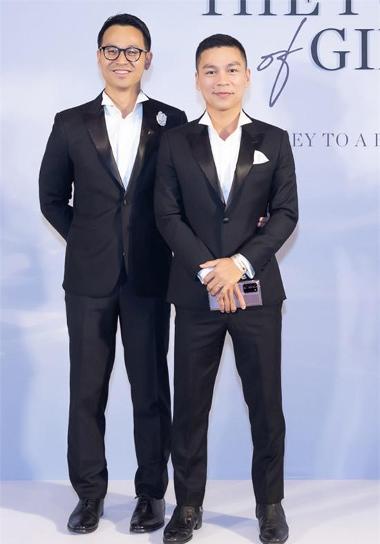 Nhà thiết kế Adrian Anh Tuấn (phải) mặc ton-sur-ton lịch lãm với bạn đời Sơn Đoàn.