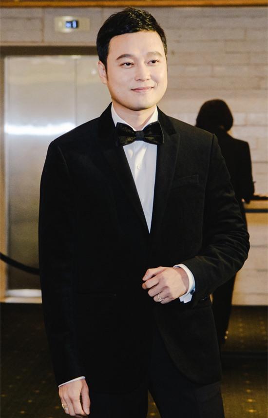 Ca sĩ Quang Vinh mặc vest tuxedo đi sự kiện hôm 9/10.
