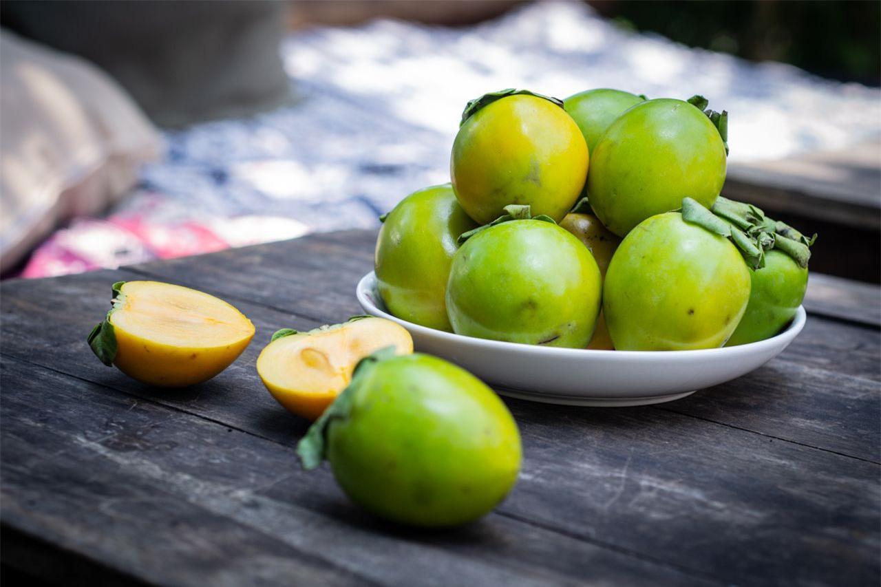 Hồng giòn vào mùa ăn vừa ngon ngọt vừa giàu dinh dưỡng nhưng khi ăn quả này cần lưu ý 5 điều để tránh nguy cơ tắc ruột - Ảnh 3.