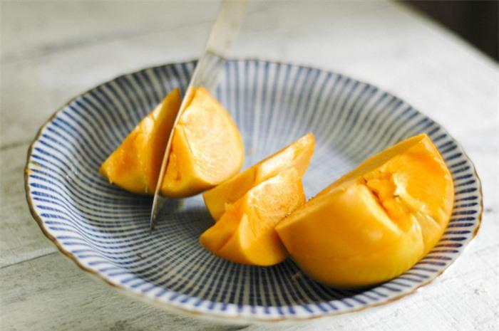 Hồng giòn vào mùa ăn vừa ngon ngọt vừa giàu dinh dưỡng nhưng khi ăn quả này cần lưu ý 5 điều để tránh nguy cơ tắc ruột - Ảnh 4.