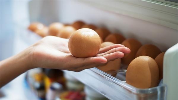 Đặt trứng ở cánh cửa tủ lạnh, sai lầm hầu hết các bà nội trợ đều mắc phải.