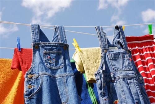 Mẹo giúp quần jean không phai màu là không nên phơi dưới ánh nắng trức tiếp