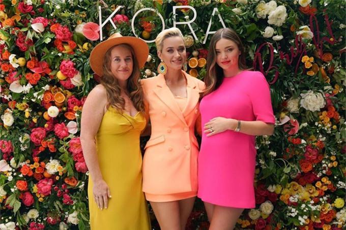 Katy Perry (giữa) đưa chị gái đến buổi giới thiệu sản phẩm mới của Miranda vào đầu năm ngoái.