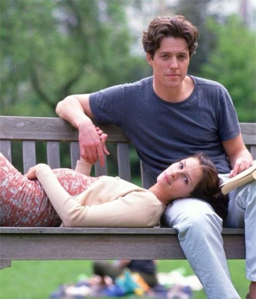 Cảnh phim lãng mạn của Hugh Grant và Julia Roberts trong Notting Hill.