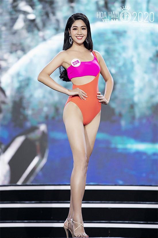Vân Ly thuộc nhóm thí sinh nổi bật từ ngày đầu nhập cuộc. Cô cao 1,76 m, hình thể 85 - 65 - 95 cm.